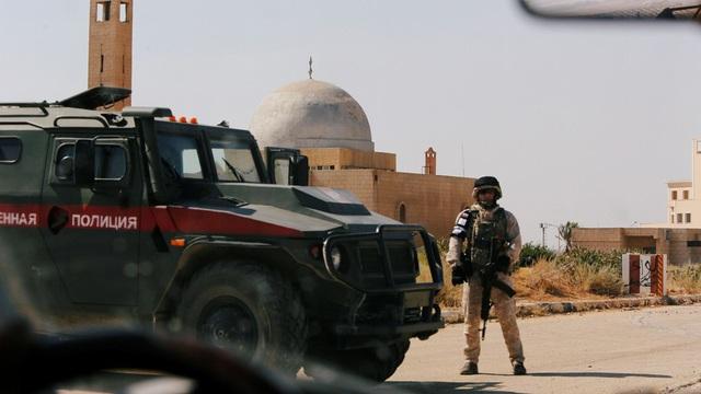Một binh sĩ Nga đóng gần biên giới giữa Syria với Jordan (Ảnh: Reuters)