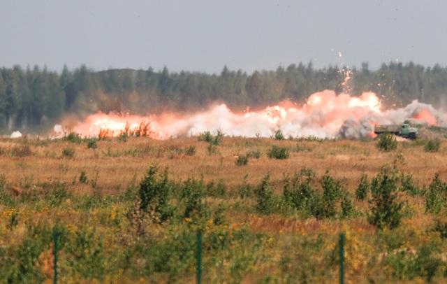 Các máy bay quân sự của Nga cũng tiến hành diễn tập ném bom, hỗ trợ lực lượng binh sĩ tấn công. Trong ảnh: Khói bốc lên sau khi bom được thả từ các máy bay xuống các mục tiêu giả định tại giải đấu Aviadarts.