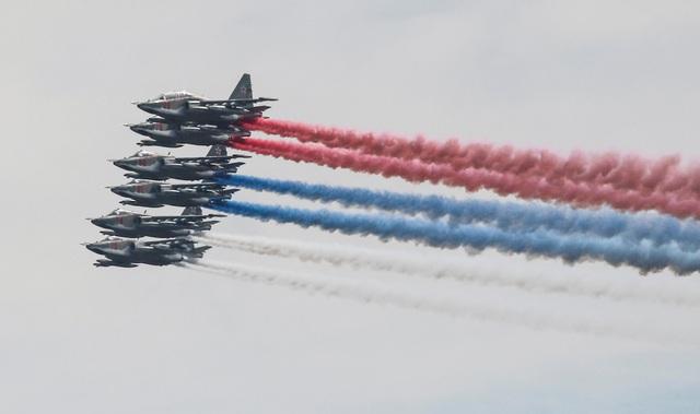 Các đội bay nhào lộn nổi tiếng của Nga cũng phô diễn kỹ thuật nhào lộn điêu luyện trước sự chứng kiến của hàng nghìn khán giả. Trong ảnh: Các máy bay chiến đấu Sukhoi Su-25 dàn đội hình nhả khói ấn tượng.
