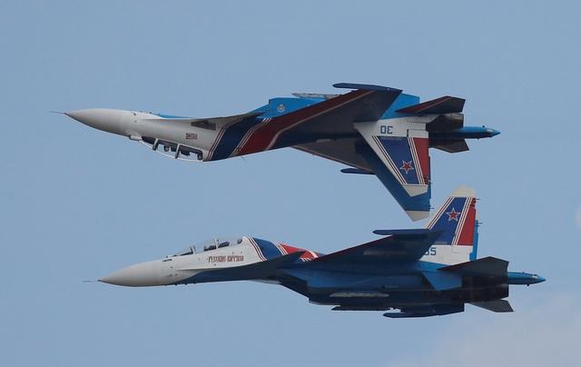 Giải đấu Aviadarts năm nay quy tụ 30 đội bay gồm các phi công quân sự từ nhiều nước như Nga, Trung Quốc, Belarus, Kazakhstan với hơn 60 máy bay chiến đấu và trực thăng. Trong ảnh: Hai máy bay chiến đấu Sukhoi Su-30 của đội nhào lộn Russkiye Vityazi biểu diễn kỹ thuật bay đối ngược nhau.