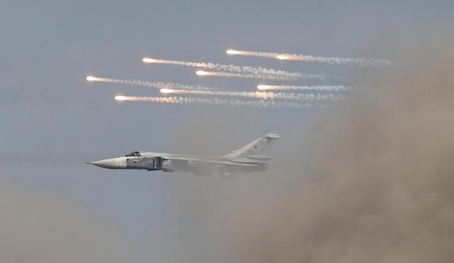 Máy bay ném bom Sukhoi Su-24 phô diễn sức mạnh tại giải đấu dành cho lực lượng không quân.