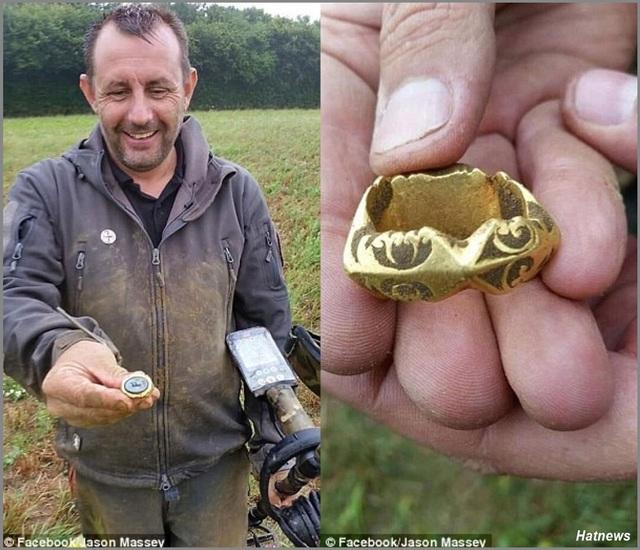 Ông Jason Massey cùng chiếc máy dò kim loại và chiếc nhẫn vàng ông tìm được. (Nguồn: Hatnews)