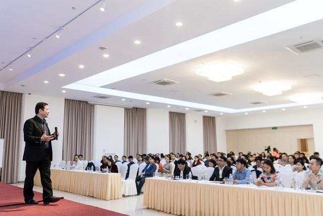 PGS.TS Trương Gia Bình làm diễn giả trong hội thảo tháng dành cho học viên MBA.