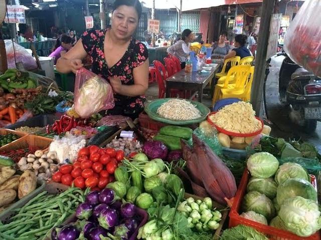 Mưa lớn kéo dài, giá rau xanh tại chợ tăng mạnh.