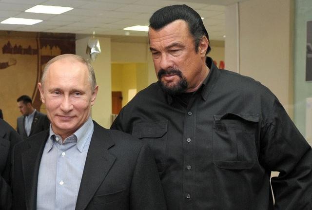 Tổng thống Nga Vladimir Putin (trái) và ngôi sao Hollywood Steven Seagal (Ảnh: GMA)