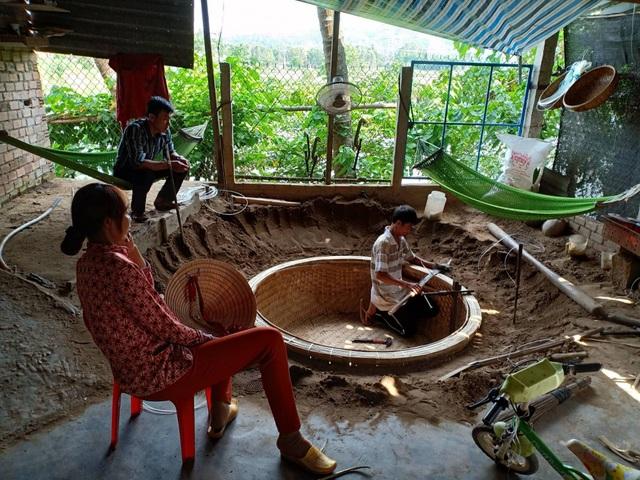 Nghề đan thúng chai được vợ chồng anh Trương Văn Trung và chị Trương Thị Bích Kiều bám giữ và đưa nghề vươn ra thế giới