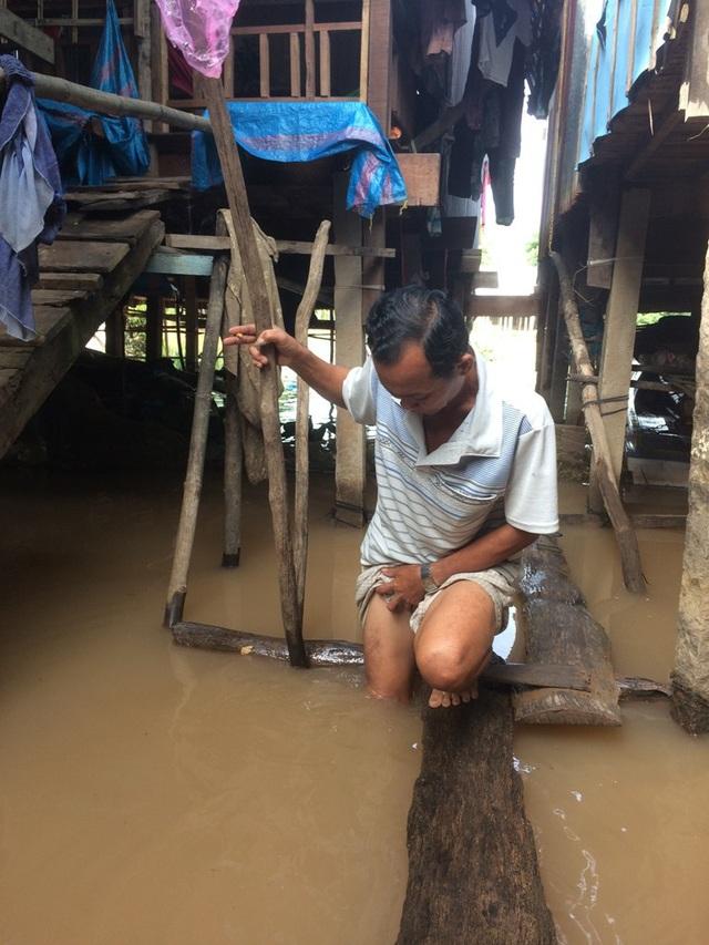 Một số hộ dân sống cặp bờ sông Phú Hội đã bị nước dâng ngập hết phần sàn nhà dưới