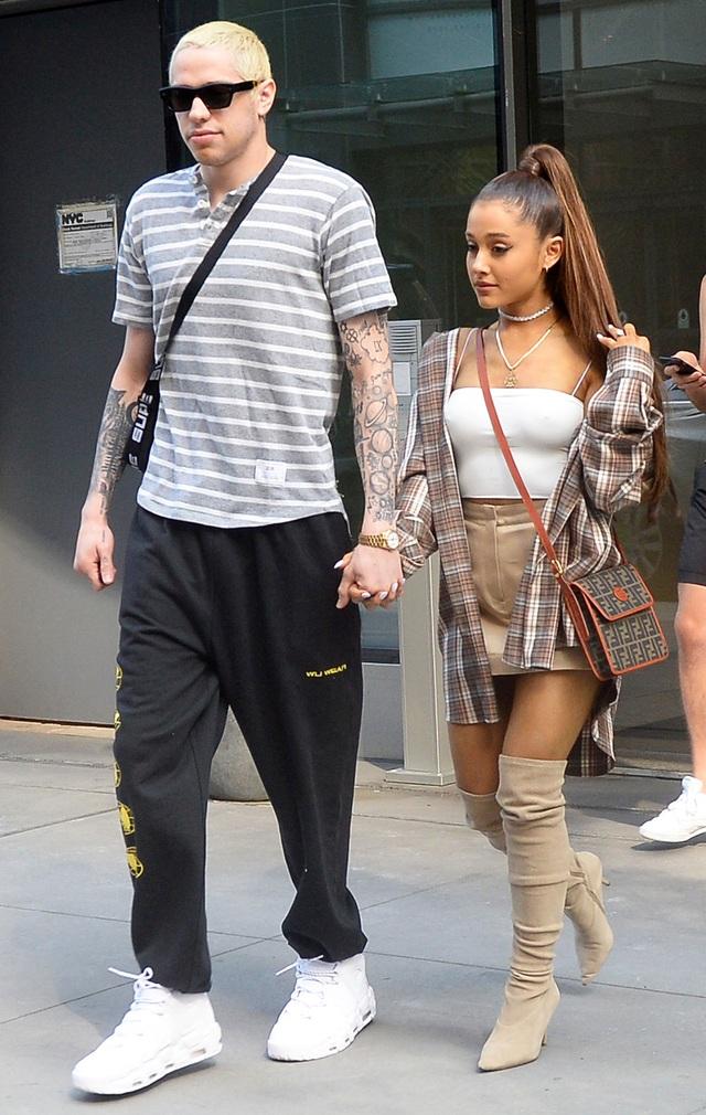 Nữ ca sĩ Ariana Grande (25 tuổi) và nam diễn viên Pete Davidson (24 tuổi)