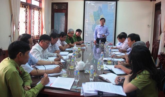 Phó Chủ tịch UBND tỉnh Bình Định Trần Châu chỉ đạo các ngành chức năng khẩn trương truy tìm đối tượng phá rừng để xử lý theo quy định pháp luật.