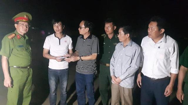 Ông Võ Văn Dũng - Bí thư Thị ủy thị xã Hoàng Mai - chỉ đạo công tác tìm kiếm và hỗ trợ gia đình hai nạn nhân.