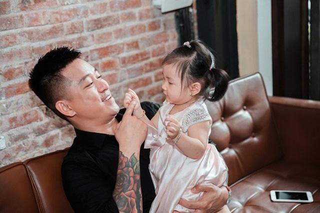Tuấn Hưng chia sẻ, ca khúc Ngày cha gặp con được người bạn thân, nhạc sĩ Tú Dưa viết tặng khi vợ anh sinh bé Son.