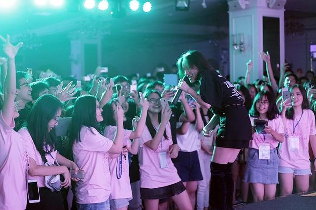 Với những ca khúc quen thuộc như Mặt trời của em, Người nào đó, Cùng anh..., ca sỹ Phương Ly nhận được nhiều sự hâm mộ, cổ vũ của khán giả tuổi học sinh