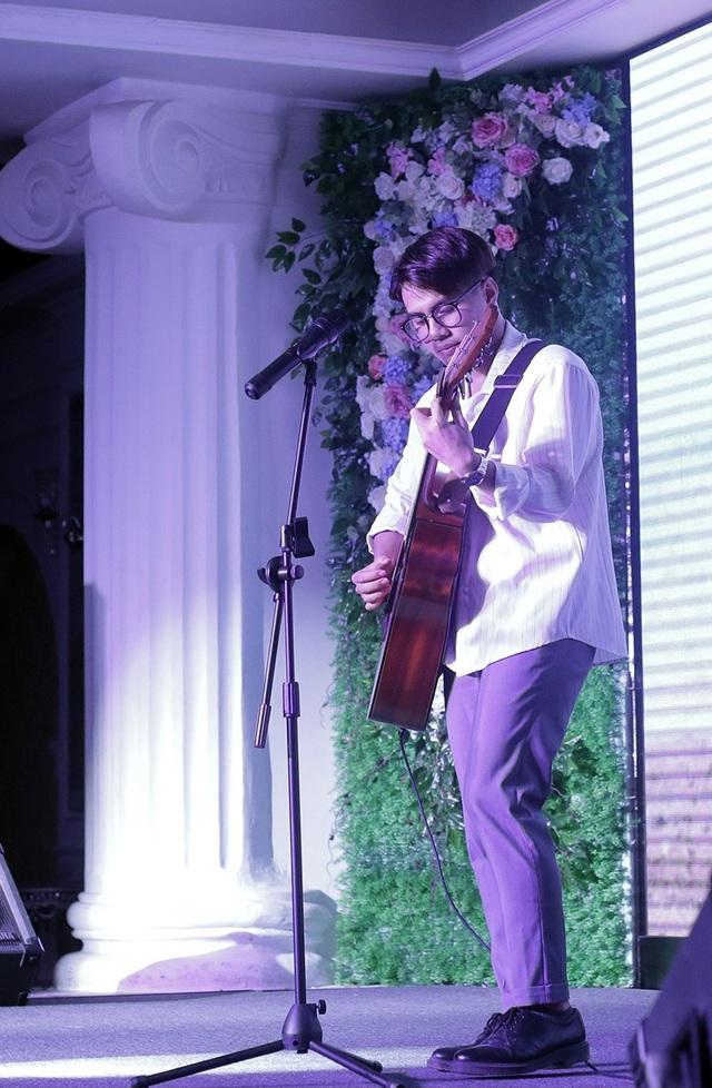 """Giọng ca Indie Hải Sâm mang đến những bản tình ca ngọt ngào, sâu lắng với cây dàn guitar """"hạ gục"""" khán giả"""