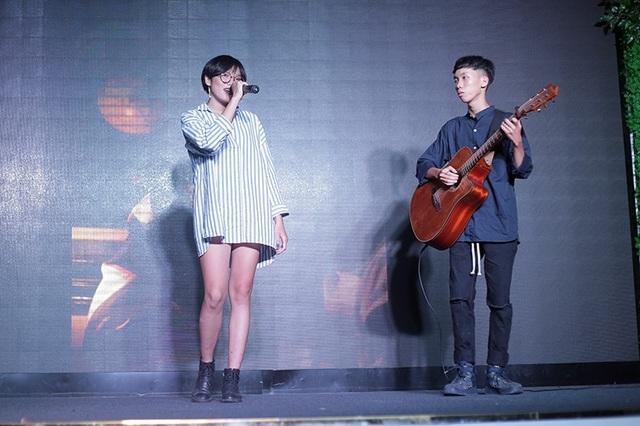 Cô ca sĩ trẻ tuổi với nghệ danh đặc biệt Nân xuất hiện đầy cá tính trên sân khấu của đêm nhạc hội