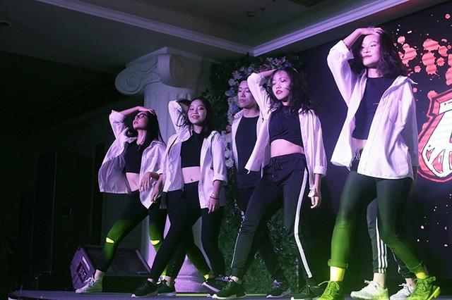 Các thành viên của CLB nhảy CDC làm nóng bầu không khí đêm nhạc bằng những vũ điệu quyến rũ, sôi động