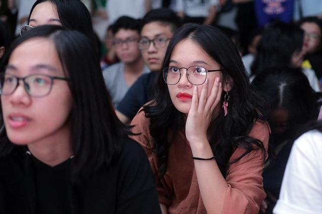 Nữ sinh của THPT Chuyên Ngoại ngữ chăm chú theo dõi những màn trình diễn trên sân khấu