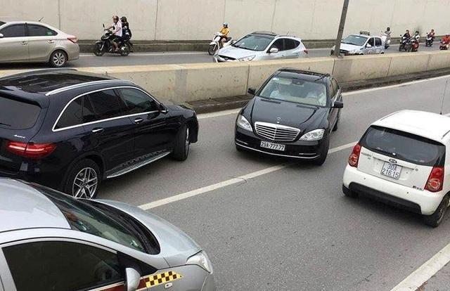 Chiếc xe Mercedes biển ngũ quý 7 đi ngược chiều trong hầm Kim Liên bị người dân ghi hình.