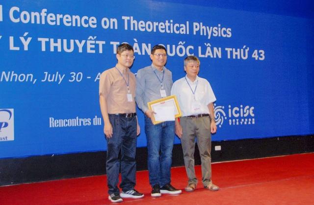 Tiến sĩ Trần Viết Nhân Hào (giữa) đạt giải thưởng Nghiên cứu trẻ năm 2018 của Hội Vật lý Lý thuyết Việt Nam. Công trình đoạt giải bao gồm 3 công trình nghiên cứu của TS. Hào và đồng nghiệp về các thông số vi mô đầu vào cho các phản ứng hạt nhân