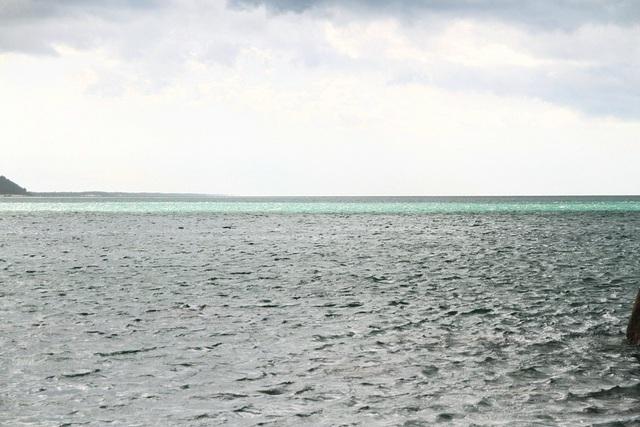Dòng biển màu xanh ngọc bích phía ngoài xa ở biển Lộc Bình nhìn ra xuất hiện vào lúc 15h23 chiều 5/8