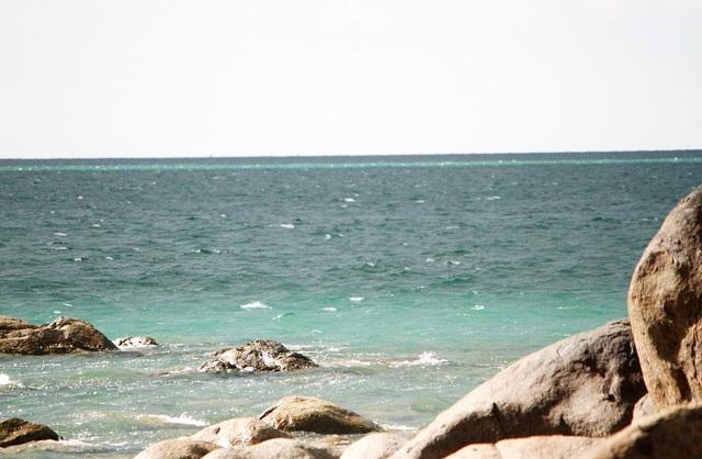 2 dòng biển màu xanh ngọc bích phía trong sát bãi đá và phía ngoài vào 15h25 chiều cùng ngày 5/8