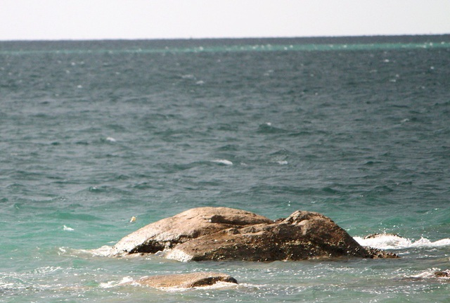 Tuy nhiên ngoài xa lại xuất hiện tiếp thêm 1 dòng biển màu xanh ngọc nữa
