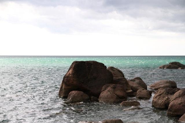 Màu nước của dòng biển rất lạ chen giữa màu nước biển xanh
