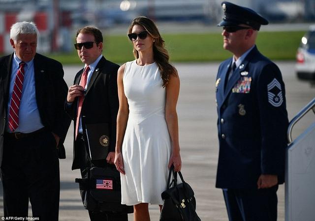 Hiện chưa rõ lý do cô Hicks có mặt trên chuyên cơ của Tổng thống Trump sau khi đã từ chức. (Ảnh: Getty)