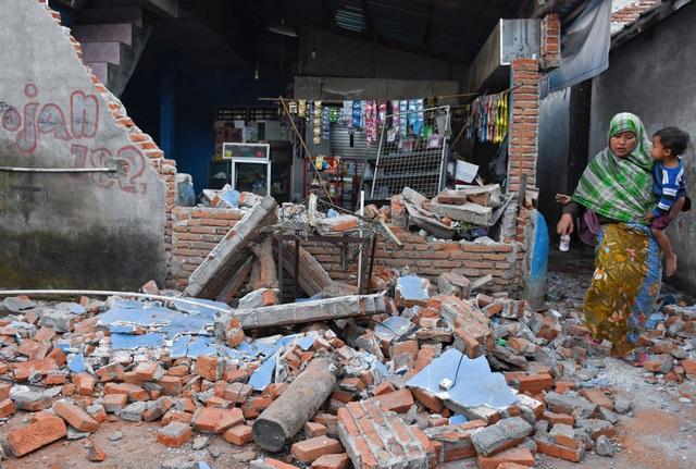Nhà cửa đổ nát sau trận động đất tại Indonesia.