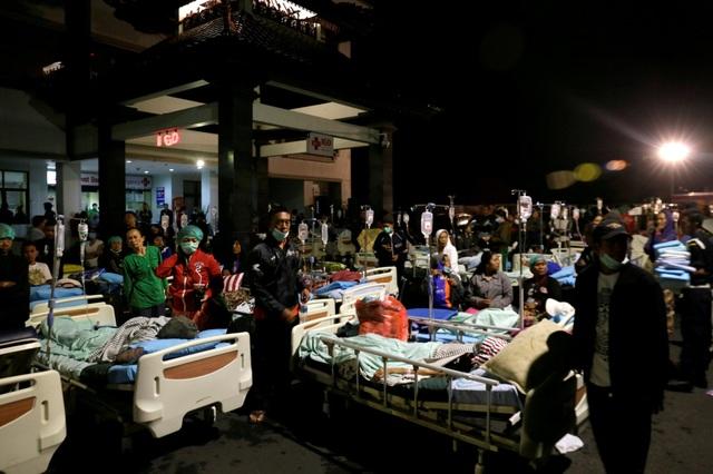 Giường bệnh cấp cứu nạn nhân trận động đất được đặt bên ngoài bãi đỗ xe của bệnh viện Mataram, Lombok.
