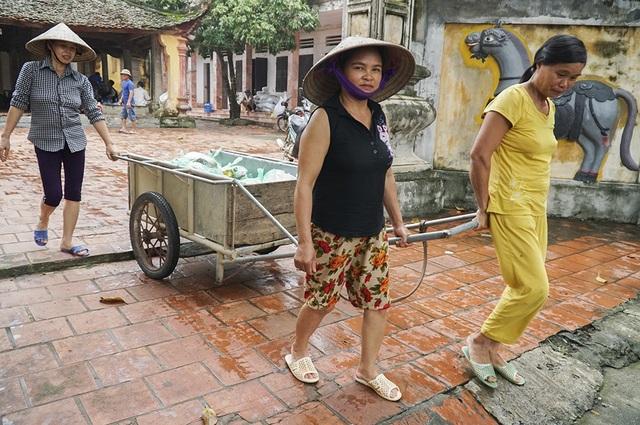 Ngày 5/8, người dân sinh sống tại xã Nam Phương Tiến (huyện Chương Mỹ, Hà Nội) dùng xe bò kéo ra sân đình làng Nam Hài nhận quà của các nhà hảo tâm.