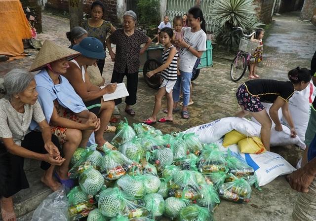 Các phần quà từ thiện đến tận tay người dân vùng lụt.
