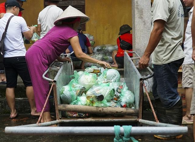Dịp này, huyện Chương Mỹ hỗ trợ 7.525 thùng mỳ tôm, 26.950 kg gạo, 1.850 gói lương khô... cho nhân dân các xã, thị trấn vùng bị úng ngập.