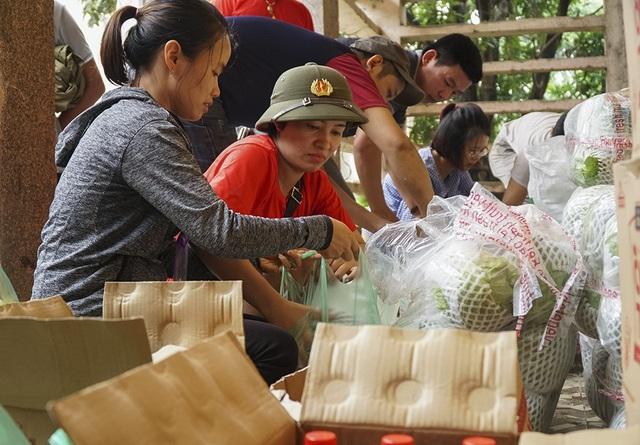 Các thành viên trong đoàn thiện nguyện khóa 2001-2004 THPT Xuân Mai vẫn vui vẻ gói những phần quà để gửi tới bà con.