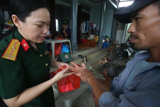 Hà Nội: Nước rút, trẻ em người già lở loét da sau nửa tháng ngâm trong nước - 8