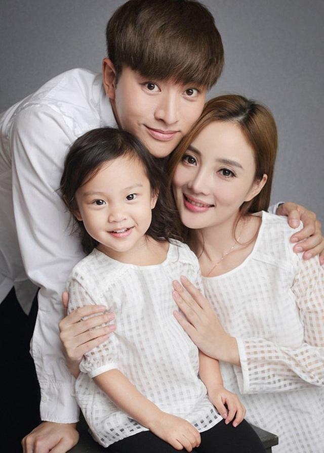 Lý Tiểu Lộ và Giả Nãi Lượng từng có một gia đình hạnh phúc và viên mãn trước khi người đẹp họ Lý bị phát hiện ngoại tình với bạn của chồng.