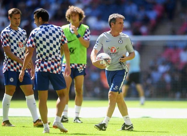 Trợ lý Gianfranco Zola (phải), người từng thi đấu nhiều năm cho Chelsea vào khoảng đầu những năm 2000