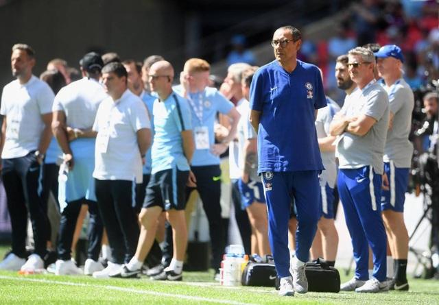 Tân huấn luyện viên của Chelsea Mauricio Sarri đứng trước thử thách lớn mang tên Man City. Sarri vẫn bị chê không đủ danh tiếng dẫn dắt Chelsea và đương nhiên ông cần những chiến thắng lớn để xua tan đi những dị nghị