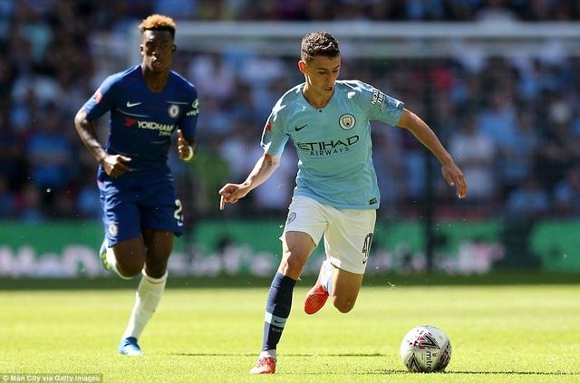 Tài năng trẻ Foden (phải) được Guardiola xếp thi đấu ở giữa sân, trong khi đó Hudson-Odoi (trái) cũng là tài năng trẻ duy nhất được xuất hiện bên phía đội hình xuất phát của Chelsea