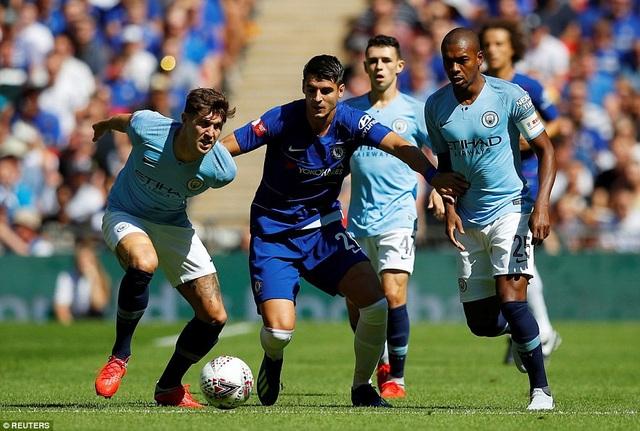 Morata (giữa) trong vòng vây của các cầu thủ Man City. Tiền đạo người Tây Ban Nha đã đổi số áo từ 9 sang 29 để kỷ niệm ngày sinh của hai cậu con trai sinh đôi. Đổi áo chưa đổi vận, Morata vẫn thi đấu rất mờ nhạt như phần cuối mùa giải trước