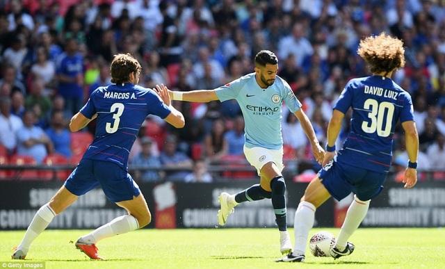 Mahrez (giữa) nỗ lực dứt điểm trước sự ngăn chặn của hàng thủ Chelsea. Tiền vệ người Algeria hòa nhập khá nhanh với lối chơi của Man City