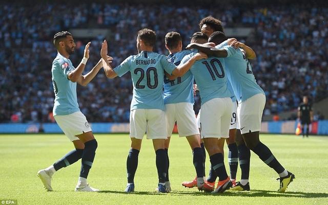 Niềm vui của các cầu thủ Man City sau khi có được bàn mở tỉ số. Aguero cán mốc 200 bàn cho Man City sau bảy năm lao động miệt mài