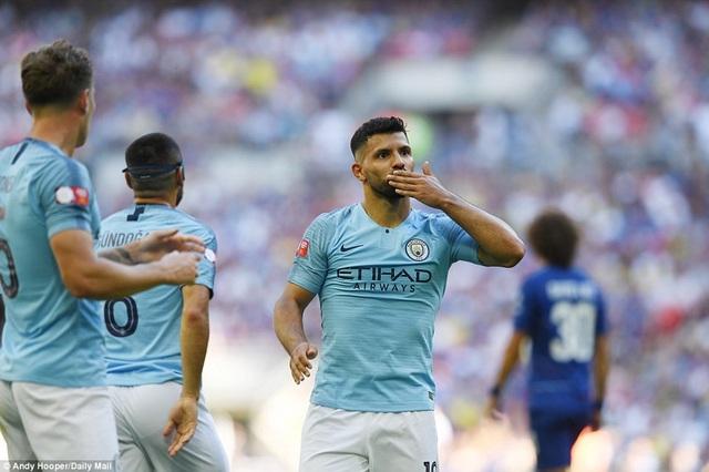 Aguero ăn mừng bàn thắng nhân đôi cách biệt...