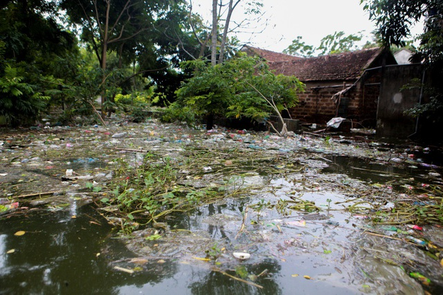 Theo ghi nhận của PV, vào thời điểm hiện tại, xã Nam Phương Tiến (huyện Chương Mỹ) vẫn ngập chìm trong biển rác.