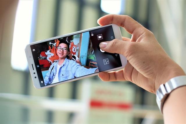 Camera selfie của máy có độ phân giải 8 MP, hỗ trợ chế độ làm đẹp nhiều cấp độ cùng đèn flash LED trợ sáng giúp chụp ảnh trong điều kiện thiếu sáng tuyệt vời hơn.