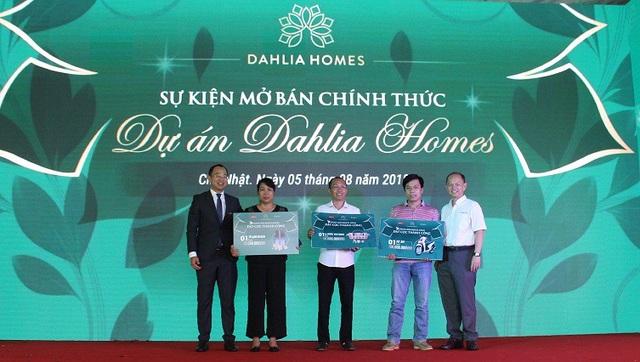 Đại diện chủ đầu tư Gamuda Land Việt Nam và CENLAND trao tặng những giải thưởng hấp dẫn cho khách hàng may mắn của chương trình