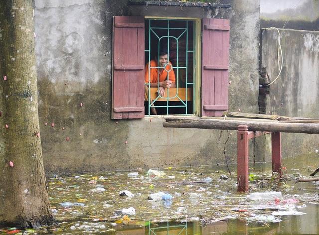 """""""Hiện tại, nước giếng không thể dùng được, rác thải, gà, lợn chết trôi dạt vào làng gây ô nhiễm kinh khủng. Mong muốn lớn nhất bây giờ của người dân là có nước sạch để dùng"""" ông Phùng Văn Mạnh – thôn Nhân Lý (xã Nam Phương Tiến) chia sẻ."""