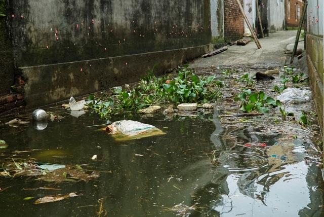 Rác thải ô nhiễm có mặt ở khắp nơi trong làng.