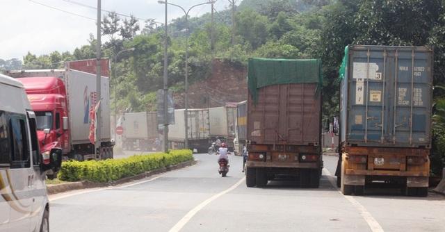 Nhiều phương tiện bị ùn tắc tại cửa khẩu Lao Bảo