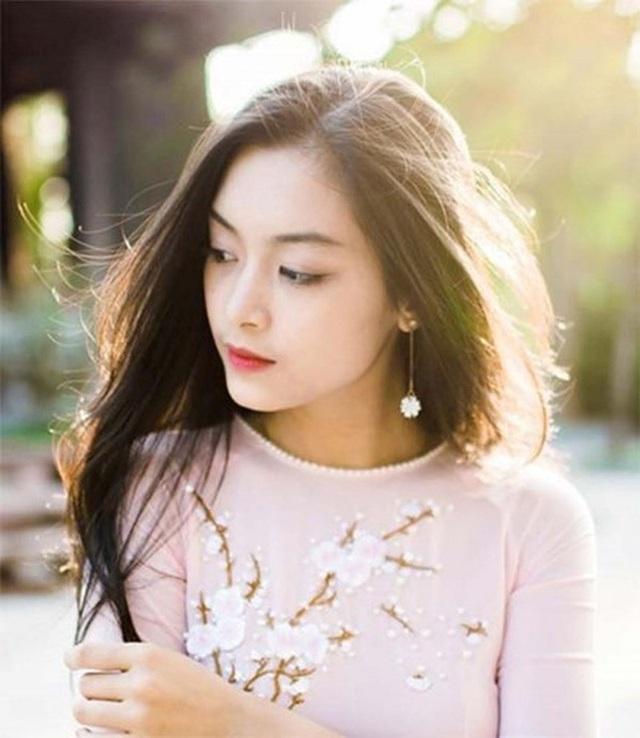 Nguyễn Tố Anh sinh năm 1999, là cựu nữ sinh trường THPT chuyên Trần Phú, Hải Phòng. Hiện cô là du học sinh ngành Quản trị nhà hàng khách sạn tại ĐH Vatel, Pháp.