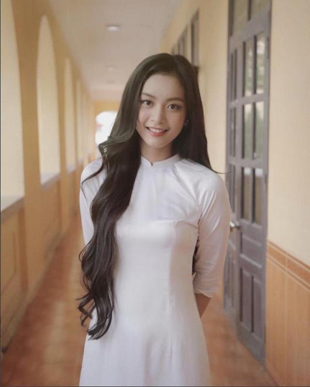 Hình ảnh Tố Anh mặc áo dài trắng tinh khôi từng được một fanpage chia sẻ, thu hút hàng ngàn lượt chia sẻ, yêu thích của cư dân mạng.